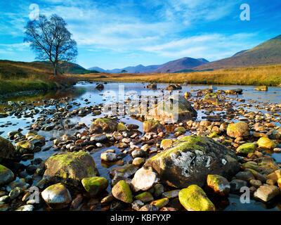 Une vue hivernale de la rivière abhainn shira, dans les highlands écossais, de l'eau Banque D'Images