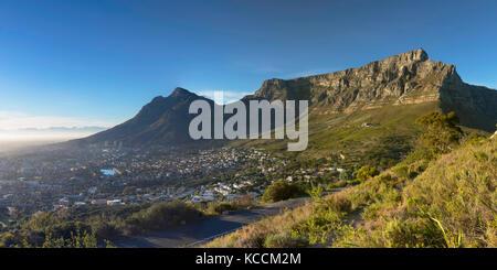 View of city bowl et Table Mountain, Cape Town, Western Cape, Afrique du Sud Banque D'Images