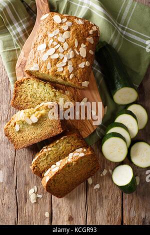 Tranches de pain de courgettes aux amandes close-up sur la table. vertical haut Vue de dessus Banque D'Images