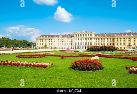 Vienne, Autriche - août 7, 2016: la façade arrière du palais Schönbrunn vu du jardin Banque D'Images