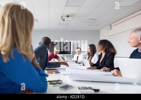 Équipe d'architectes et chefs de projet working in office Banque D'Images