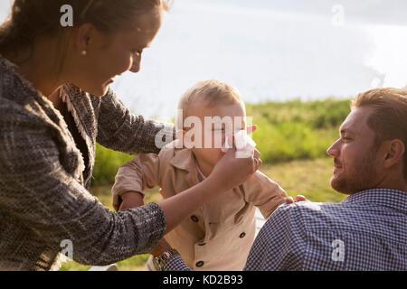 Son (18-23 mois) blowing nose Banque D'Images