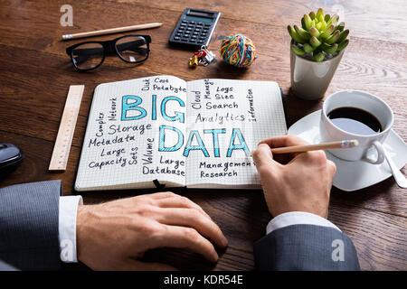 Portrait sur un ordinateur portable sur big data à l'office de bureau en bois Banque D'Images