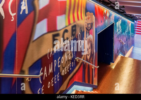 Les joueurs tunnel menant à la pelouse du Camp Nou, Barcelona, Espagne. Banque D'Images