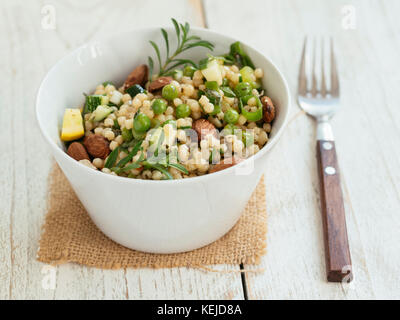 Salade de couscous pearl avec pois, courgettes et amandes Banque D'Images