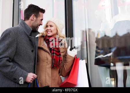 Surpris par les grandes ventes dans les magasins Banque D'Images