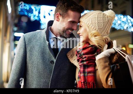 Couple amoureux de nuit dans la ville Banque D'Images