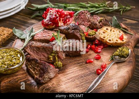 La viande de boeuf au pesto vert Banque D'Images