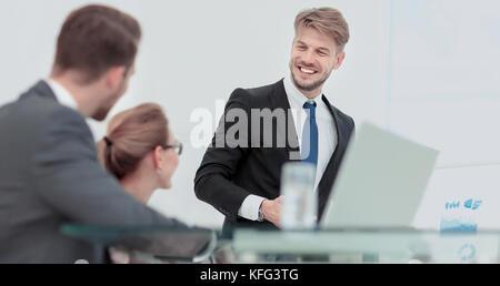 Successful business man in suit à l'office à la tête d'un groupe Banque D'Images