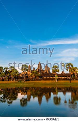 Vue d'Angkor Wat avec étang. C'est le plus grand monument religieux du monde. Son nom signifie ville qui est un Banque D'Images