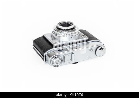 1950 Kodak Retinette 35mm appareil photo avec Schneider-Kreuznach Reomar 45mm, isolé sur un fond blanc. Banque D'Images