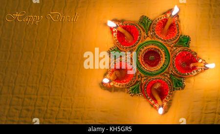 Diwali diya argile décoratives colorées lampes pour l'arrière-plan du contenu des messages d'accueil Banque D'Images