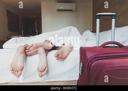 Couple de touristes dormir dans chambre d'hôtel, hébergement Banque D'Images