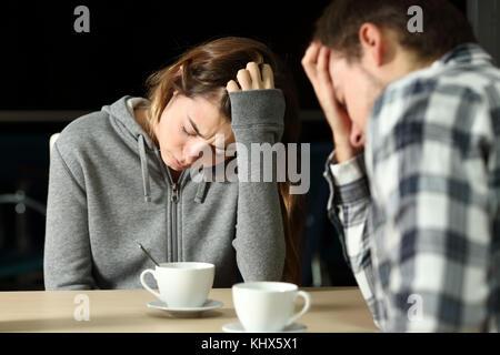 Triste de se plaindre de couple assis dans un bar dans la nuit Banque D'Images