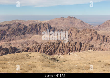 Environs de Petra avec le barrage et l'entrée de la Siq à l'avant-plan, en Jordanie Banque D'Images