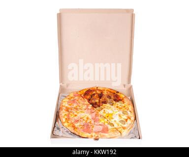 Quattro stagioni pizza à fort isolé sur fond blanc Banque D'Images