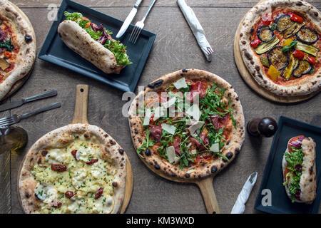 La Pizza italienne authentique sur surface rustique Banque D'Images