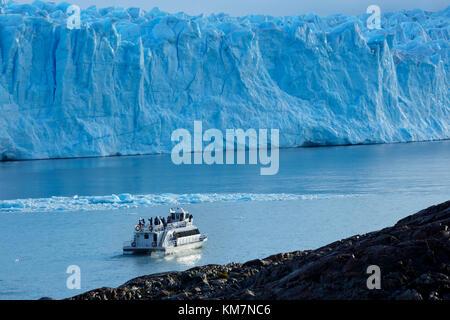 Bateau de tourisme et Perito Moreno, Parque Nacional Los Glaciares (zone du patrimoine mondial), Patagonie, Argentine, Banque D'Images