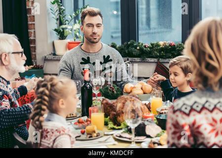 Prier en famille à table de Noël Banque D'Images