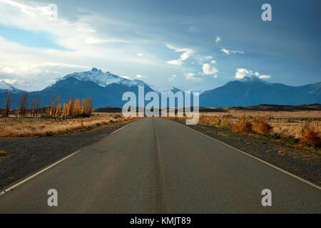 Road et les montagnes près de El Calafate, en Patagonie, Argentine, Amérique du Sud Banque D'Images