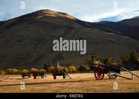 Vieux wagons et des terres agricoles près de El Calafate, en Patagonie, Argentine, Amérique du Sud Banque D'Images