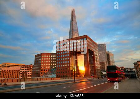 Le Shard London building au coucher du soleil en Angleterre. Banque D'Images