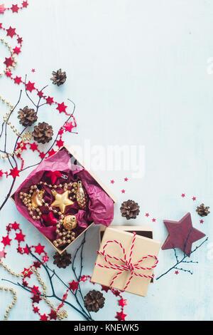Décorations du Nouvel An concept. Célébration de Noël avec mise à plat présente, les étoiles, des boîtes en papier Banque D'Images