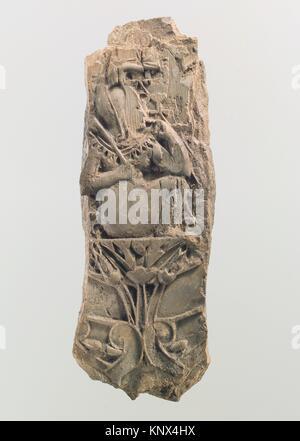 Plaque meubles cloisonné avec un bébé sur une fleur de lotus. Période: Neo-Assyrian; Date: ca. 8ème siècle avant Banque D'Images