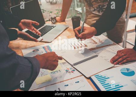 Démarrage d'équipe réunion d'équipe d'affaires working on Laptop nouveau projet d'entreprise Banque D'Images