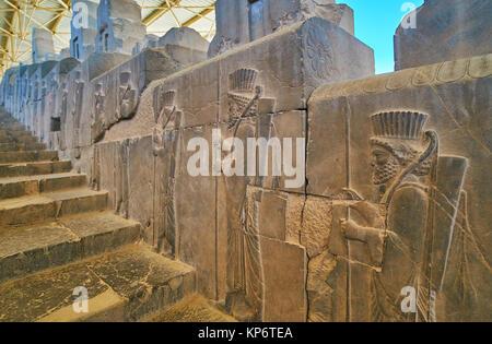 La promenade le long de l'ancien escalier de l'est avec vue sur l'Apadana préservés des reliefs, représentant des Banque D'Images