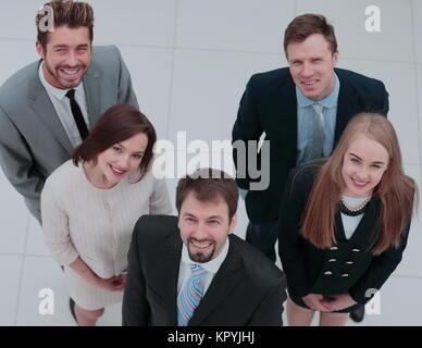 Les collègues de travail élégant à la caméra pendant au meeting in office Banque D'Images