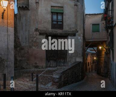 Matin vue d'une façade d'un minable froid maison ancienne avec des rideaux blancs sur une seule fenêtre.. Une ruelle Banque D'Images