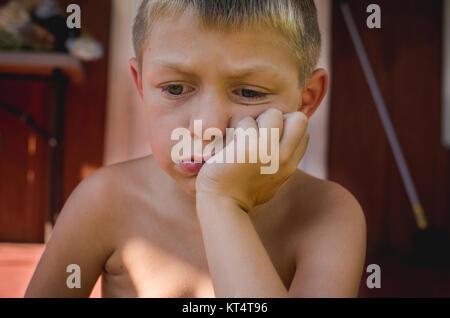 Un jeune garçon à la triste. Banque D'Images
