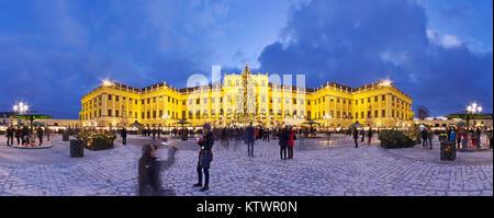 Vue panoramique du palais de Schönbrunn en période de Noël avec fairy lights decorated Christmas Tree et marché Banque D'Images