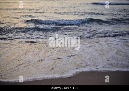 Les vagues de broyage avant le lever du soleil Banque D'Images