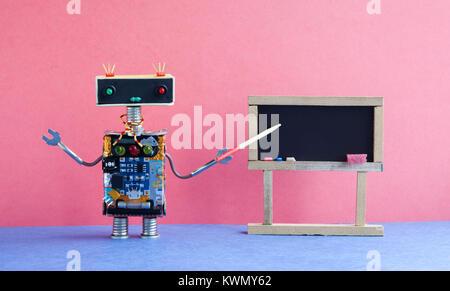 L'enseignant explique la théorie moderne du robot. Intérieur en classe avec tableau noir vide. Arrière-plan de couleur Banque D'Images