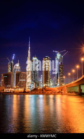 Vue sur Dubai downtown skyline at night Banque D'Images