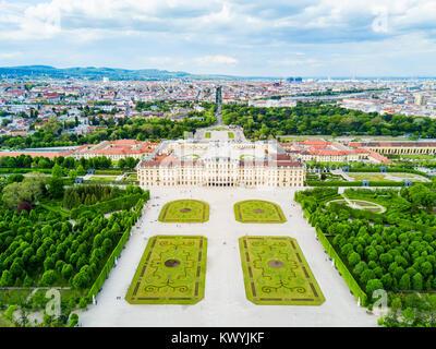 Palais Schonbrunn aerial vue panoramique. Schloss Schönbrunn est une résidence d'été impériale à Vienne, Autriche. Banque D'Images