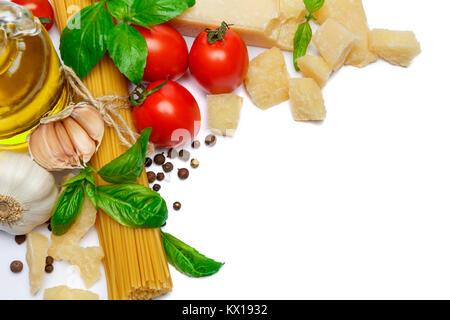 Produits italiens traditionnels - pâtes, parmesan, tomates, huile d'olive Banque D'Images