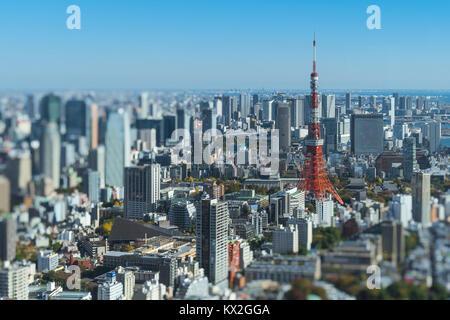 La tour de Tokyo avec flou autour de bâtiments ville miniature Banque D'Images