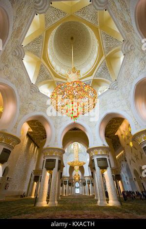 Intérieur de la mosquée Sheikh Zayed à Abu Dhabi. C'est la plus grande mosquée du pays. Banque D'Images