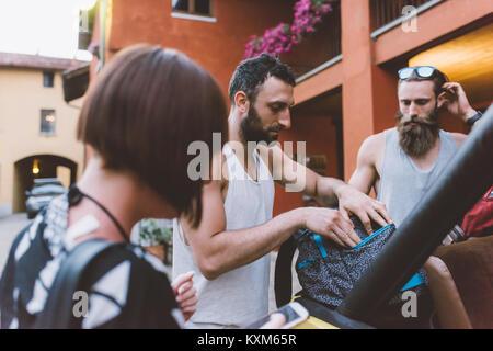 Trois jeunes amis hipster on road trip sac à dos,contrôle,Côme Lombardie, Italie Banque D'Images