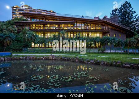 Vue de la nuit dans la bibliothèque de Beitou, Taipei, Taiwan Banque D'Images