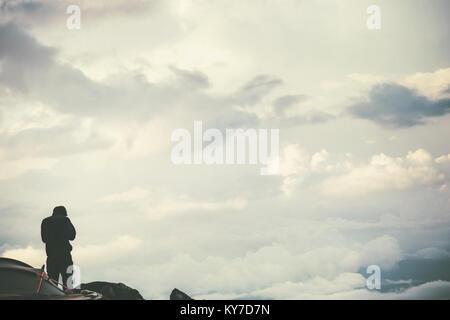 Meilleur homme debout sur falaise sur nuages profitant du paysage des montagnes brumeuses de vie voyage concept Banque D'Images