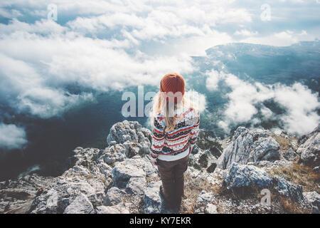 Woman traveler sur sommet de montagne plus de nuages sont accompagnés d vue aérienne de Vie Voyage aventure concept Banque D'Images