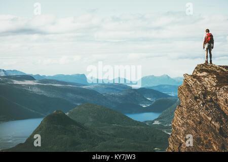 La vie sur le bord voyageur en falaise fjord Norvège montagnes de plus de profiter du paysage de Vie Voyage aventure Banque D'Images