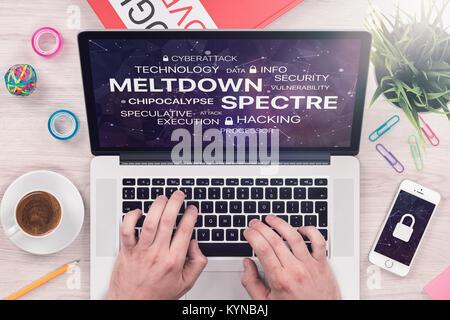 Meltdown et spectre menace concept sur Vue de dessus de l'écran du portable avec mans mains sur office 24. Banque D'Images