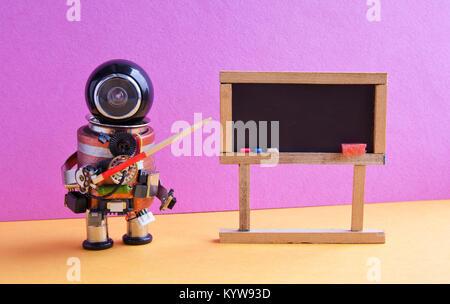 Robot explique la théorie moderne. Enseignant avec un pointeur près de tableau, l'intelligence artificielle d'apprentissage Banque D'Images