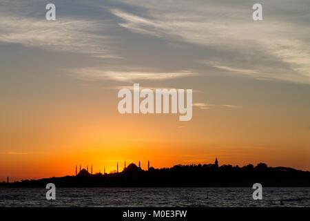 Silhouette d'Istanbul avec les dômes et les minarets de la Mosquée Bleue et de Sainte-Sophie, au coucher du soleil, Banque D'Images