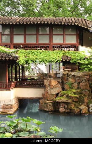 Étang et ancien pavillon dans le jardin de l'Humble Administrateur, Suzhou, Chine. Journée d'été. Site du patrimoine Banque D'Images